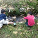 マキノ高原キャンプ場 小川で遊ぶじょにー兄弟