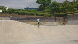 中津川公園スケートパークの外周の低い所からドロップインしようとするもビビって出来ないじょに次郎
